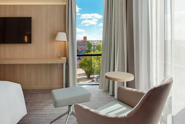 Palepink Mamą: nakvynė 4★ viešbutyje Courtyard by Marriott Vilnius City Center su gėlėmis mamai ir pusryčiais už 74€